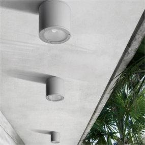 Außendeckenleuchten sorgen für Licht auf der Terrasse